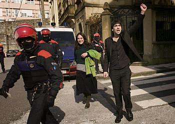 Ezker abertzaleko kide batzuk Eibarren, EAJren ekitaldian protesta egiten