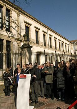 PSE-EEren ekitaldia Eusko Legebiltzarraren kanpoaldean, otsailaren 25ean