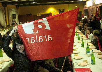 Ezenarro Aralarko banderarekin, Gipuzkoako Zubietako sagardotegi batean