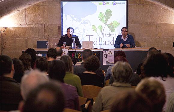 Jexux Arrizabalaga (Batzen) eta Paul Bilbao (Kontseilua) Donostian, Txillardegiren omeneko jardunaldietan