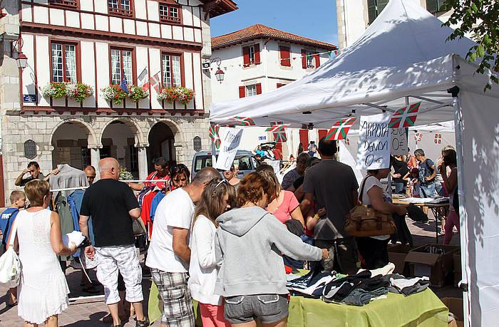 Urruñako herriko plaza okupatu dute Urruñako Gazte Asanbladako kideek hiru egunerako. ©/ Bob Edme