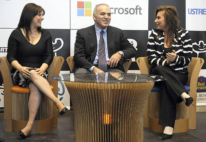 Sofia Polgar, Garri Kasparov eta Judit Polgar xake jokalariak. ©Imre Foldi / EFE