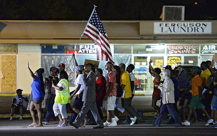 Manifestariak bart Fergusonen. ©Larry W. Smith / EFE