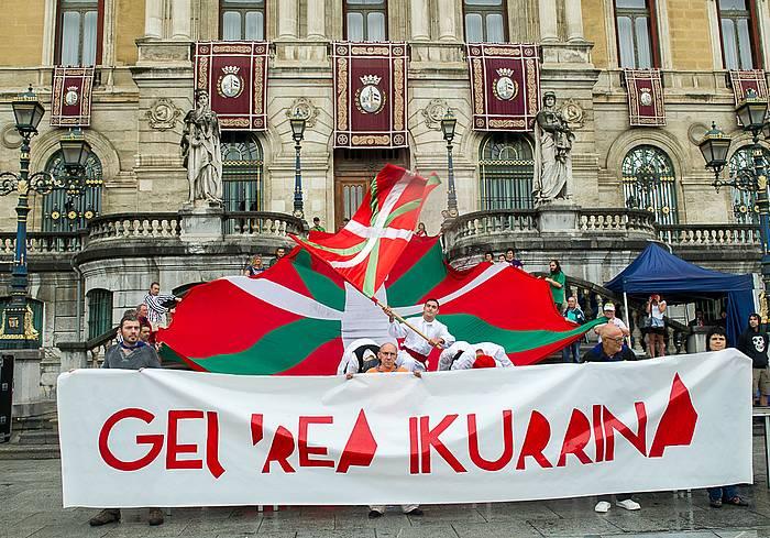 Manifestazio burua, Bilboko udaletxearen atarian. ©/ Argazki Press