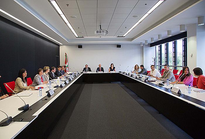 Jaurlaritzako, aldundietako eta Eudeleko ordezkariak, Udal Legearen aurreproiektuaren aurkezpenean, Gasteizen. ©/ BERRIA
