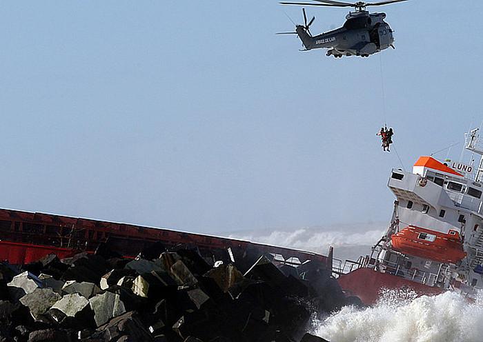Frantziako armadako helikoptero bat, Luno-k ezbeharra izan berritan, eskifaiako kideak erreskatatzen. ©/ Bob Edme