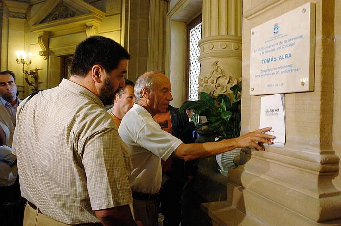 Tomas Albaren aldeko plaka jarri zuten 2005ean Donostiako udaletxean, Gregorio Ordoñezen aldekoarekin batera. ©Jon Urbe / Argazki Press