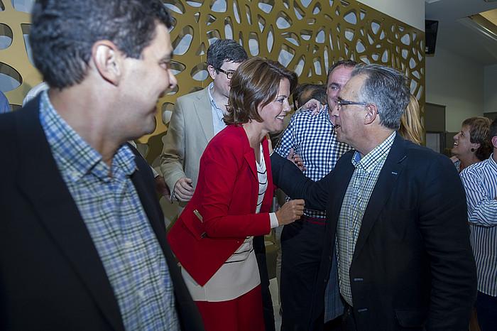 Yolanda Barcina, Enrique Maia Iruñeko alkatearen zorionak jasotzen, atzo Cadreitan eginiko ekitaldian. ©Iñigo Uriz / Argazki Press
