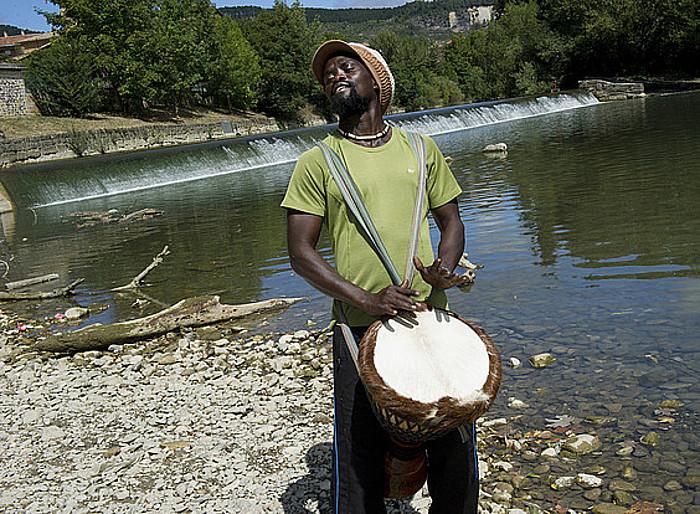 Jacques Diatta perkusio jotzaile eta irakaslea djembea jotzen, Iruñean, Arga ibaiaren ertzean. ©IÑIGO URIZ / ARGAZKI PRESS