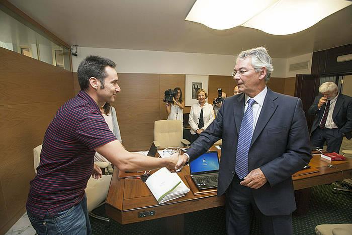 Iker Casanova, Anton Danborenea PPko legebiltzarkideari bostekoa ematen. ©David Aguilar / EFE
