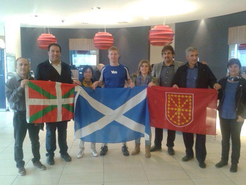EH Bilduko ordezkariak, Nafarroako banderarekin, Eskoziakoarekin eta ikurrinarekin. / ©@mugarteburu