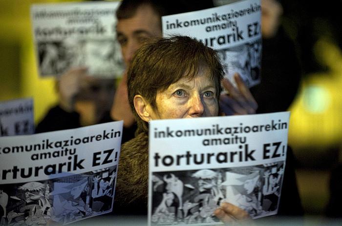 Torturaren aurkako manifestari bat, artxiboko irudi batean. / ©Juan Carlos Ruiz, Argazki Press