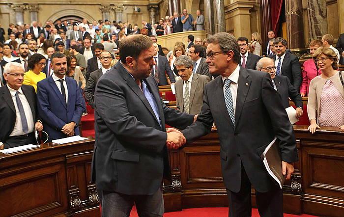 Oriol Junqueras ERCko presidentea eta Artur Mas Kataluniako Gobernuko burua, atzo, elkar agurtzen, gehiengoak kontsulten legeari oniritzia eman ostean. ©T. Albir / EFE