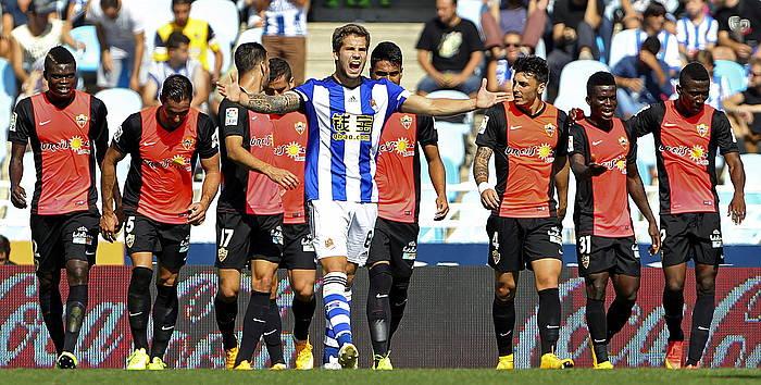 Almeriako jokalariak taldearen bigarren gola ospatzen. ©Juan Herrero / EFE