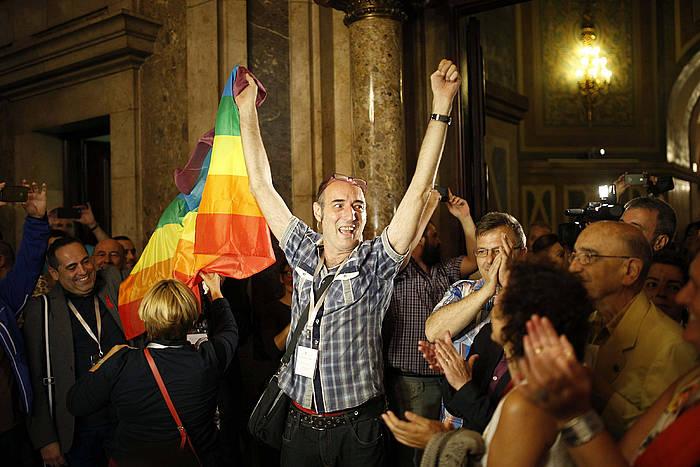 Lesbiana, gay, bisexual eta transexual kolektibotako kideak, legea onartu dutela ospatzen. /