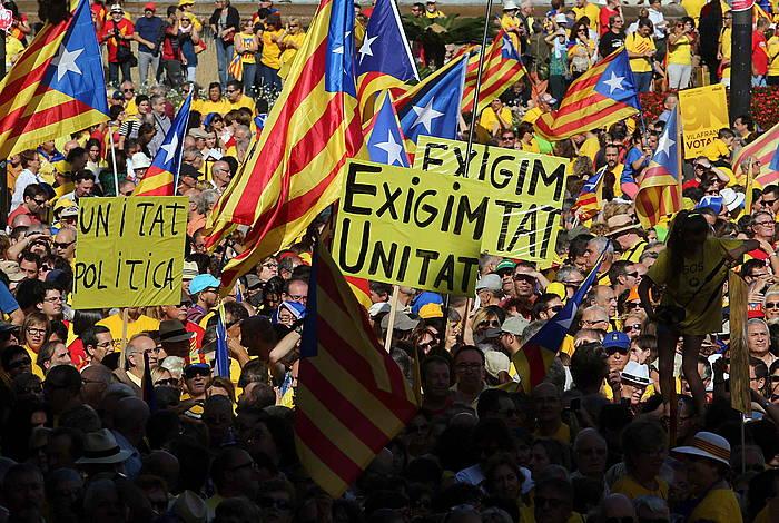 Jendetza elkartu zen atzo Bartzelonako Katalunia Plazan, ANCk eta Omnium Culturalek eginiko ekitaldian. ©Toni Albir / EFE