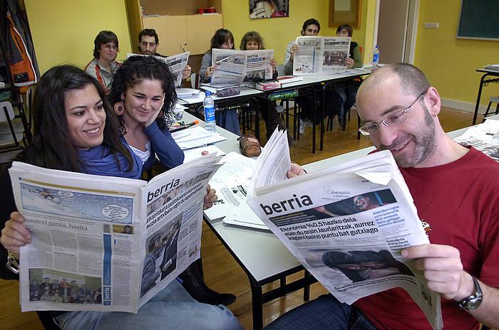 Euskaltegi bateko ikasleak BERRIA irakurtzen, artxiboko irudi batean. / ©Imanol Otegi, Argazki Press