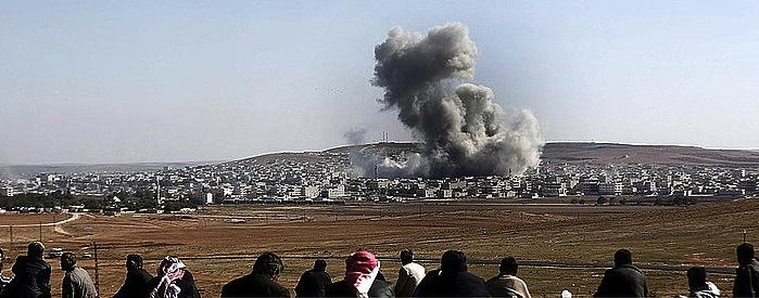 Kurdistanen Turkiako aldean egunero zuzenean ikusten dituzte Siriaren aldeko Kobane hiriko borrokak. ©SEDAT SUNA / EFE