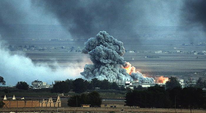 Leherketa bat Siriako kurduen Kobane hirian, atzo. Estatu Islamikoaren setioak 40 egun bete ditu ©Sedat Suna / EFE