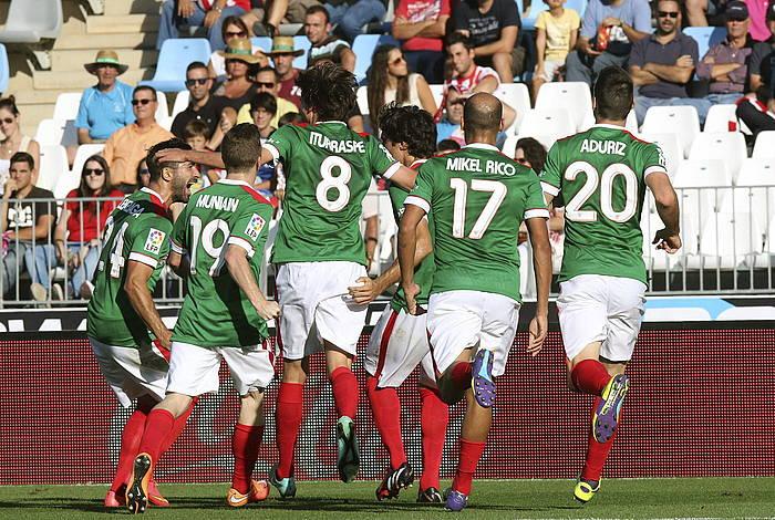 Athleticeko jokalariak gola ospatzen. ©Carlos Barba / EFE