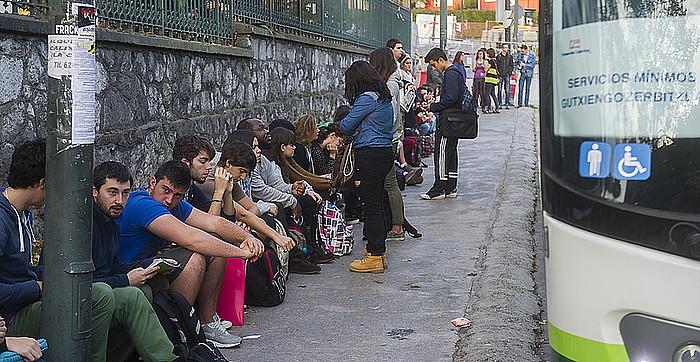 Ilara luzeak sortzen dira egunero Bizkaiko autobus geltokietan gutxieneko zerbitzuetan tokia hartzeko. Irudian, ikasle batzuk, EHUko Leioako campuserako autobusaren zain. ©Luis Jauregialtzo / Argazki Press