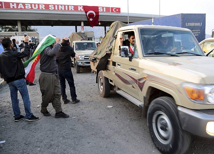 Pexmergen konboia atzo Turkiaren menpeko Kurdistanera sartzeko unean. ©STR / EFE