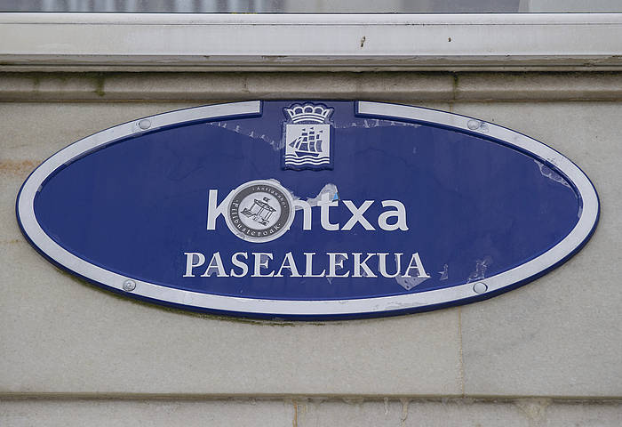 Donostiako kale izendegiko euskarazko izenak eta gaztelaniazko hainbat egokitzapen onartu ditu udalbatzarrak. ©Andoni Canellada / Argazki Press