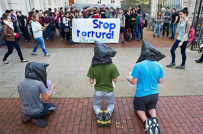 Torturaren aurkako elkarretaratzea egin dute Iruñean Espainiako Gobernuak duen ordezkaritzaren aurrean. ©Idoia Zabaleta / Argazki Press