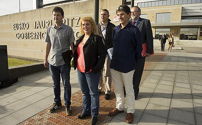 Gipuzkoako aldundiko eta GHK-ko ordezkariak, urriaren 20an, Jaurlaritzaren aurrean. ©RAUL BOGAJO / ARGAZKI PRESS