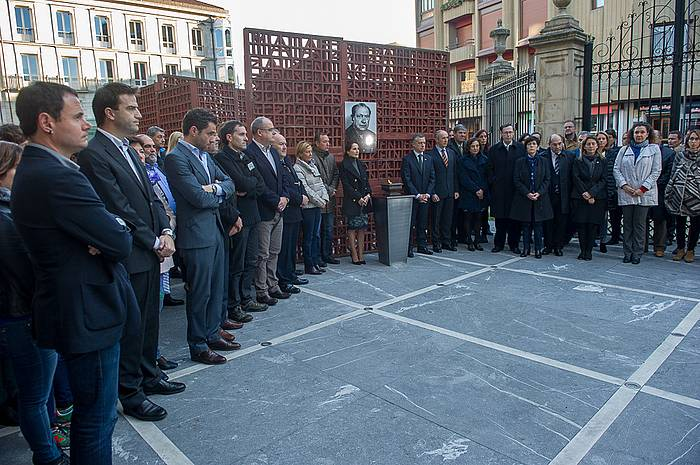 Brouarden irudiaren inguruan bildu dira talde guztietako kideak, HBko buruzagia omentzeko. / ©Juanan Ruiz, ARP