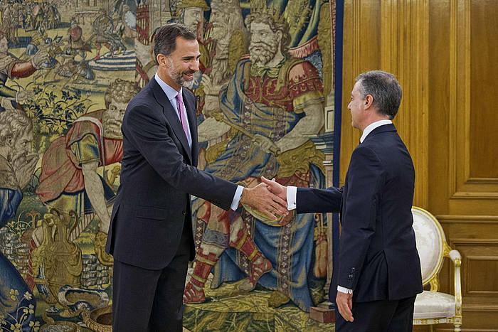 Felipe VI.a Espainiako erregea eta Iñigo Urkullu Eusko Jaurlaritzako lehendakaria, bilera egin aurretik. ©Emilio Naranjo / EFE