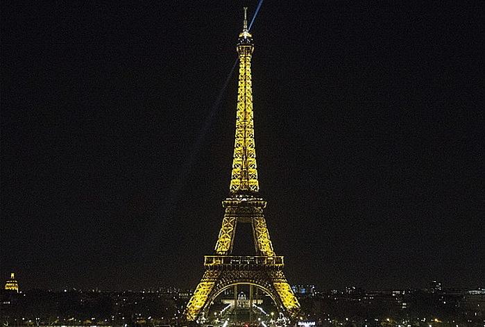 Parisko Eiffel dorrearen irudi bat, planetaren orduaren harira argiak bost minutuz itzali aitzin. ©Etienne Laurent / EFE
