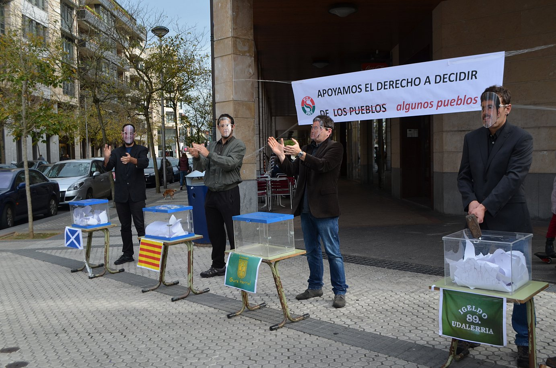 Itxas Aurre elkarteak lau hautetsontzi irudikatuz egin dute protesta EAJren egoitza aurrean. ©/ Irutxuloko Hitza
