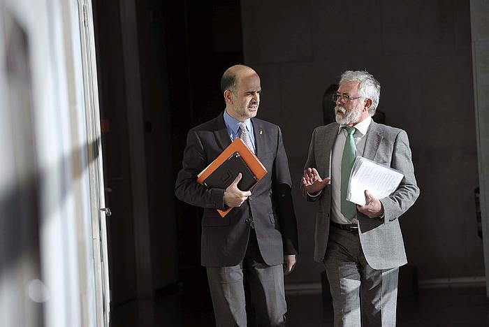 Alberto Catalan, artxiboko argazkian, Miguel Esparza Parlamentuko letradun nagusiarekin. / ©Villar Lopez, Efe