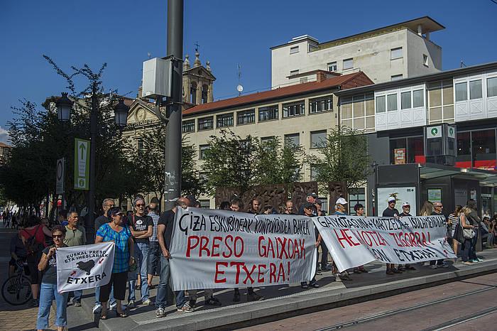 Preso gaixoen egoera salatzeko elkarretaratzea, ekainean, Eusko Legebiltzarraren kanpoaldean. / ©Juanan Ruiz, ARP