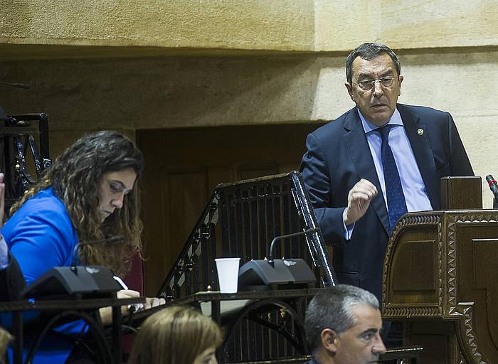 Jose Luis Bilbao, eskuinean, 2015eko bozetara ez dela aurkeztuko iragarri zuen saioan. ©Luis Jauregialtzo / Argazki Press