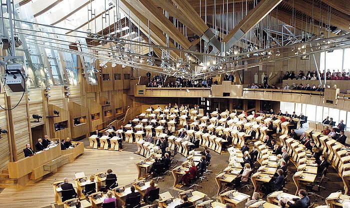 Proposamenaren arabera, Holyroodeko (Edinburgo) parlamentuak kudeatuko lituzke eskumen berriak. ©ANDREW MILLIGAN / EFE