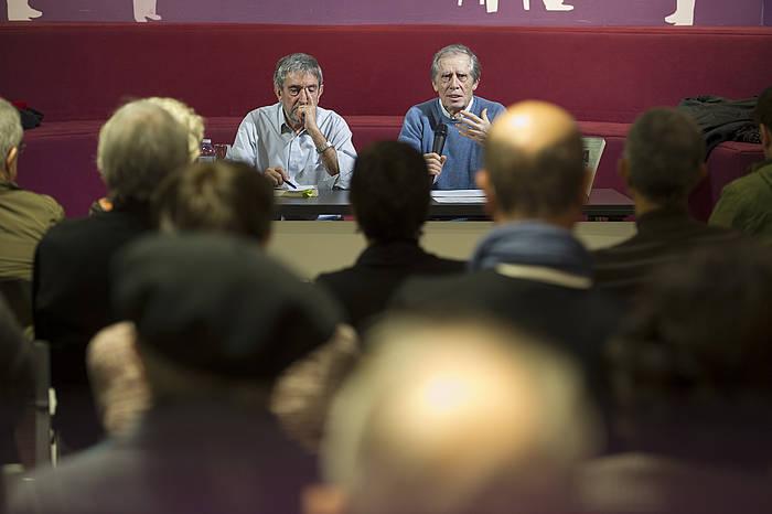 Jose Felix Azurmendi eta Mariano Ferrer, Donostian, liburuaren aurkezpenean. ©/ Jon Urbe, Argazki Press