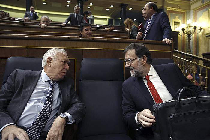 Mariano Rajoy, eskuinean, Jose Manuel Garcia Margallo Espainiako Atzerri ministroarekin hizketan. ©Sergio Barrenechea / EFE