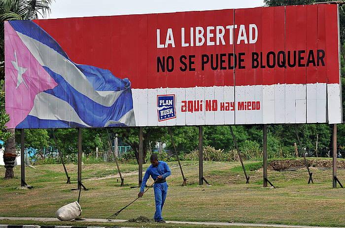 AEBek Kubari ezarritako blokeoaren kontrako kartel bat Habanan, 2011n. ©Alejandro Ernesto / EFE