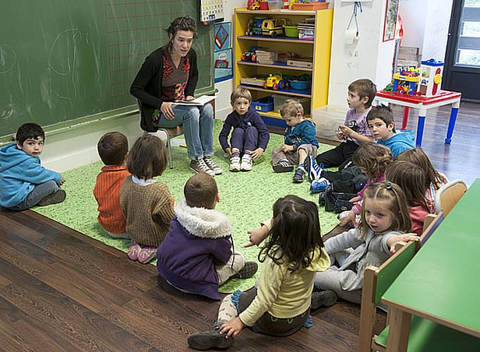 Eskola umeak, ikasgelan, irakaslearen aurrean eserita, artxiboko argazki batean. ©Jon Urbe / Argazki Press