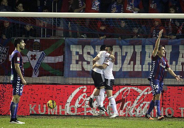 Parejo eta Alcacer Valentziako jokalariak, gola ospatzen. Boveda eta Dani Garcia ageri dira, etsita. ©Juan Herrero / EFE