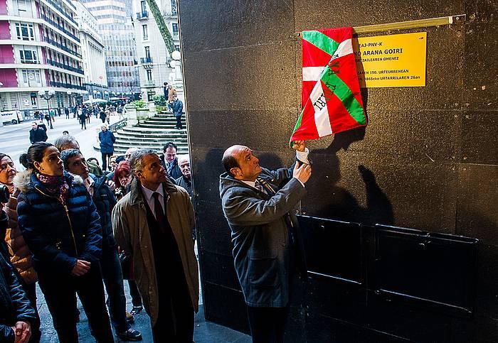Plaka jarri dute Sabin Etxean Aranaren jaiotzaren 150 urteurrena gogoratzeko. ©Luis Jauregialtzo / Argazki Press