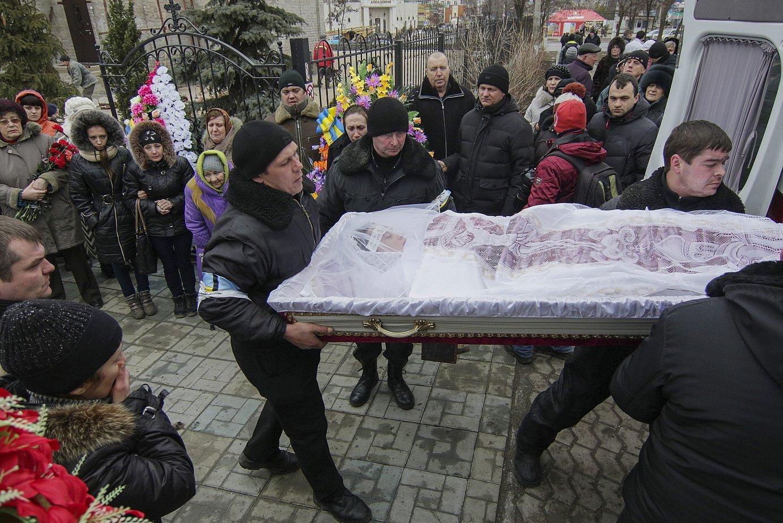 Mariupoleko atentatuan hildakoetako baten hileta. ©Sergey Vaganov / EFE