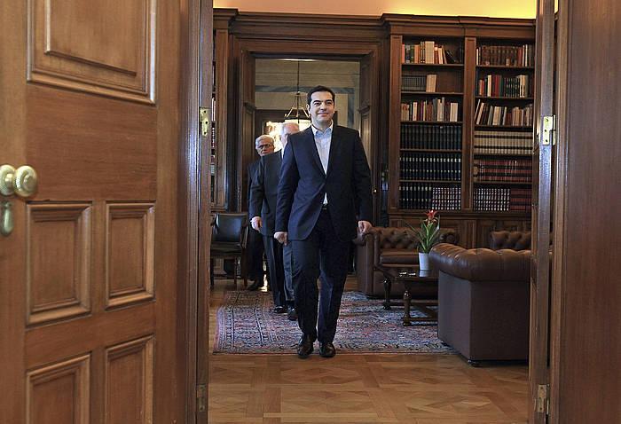 Alexis Tsipras, atzo, Greziako presidentearen jauregira sartzen. ©SIMELA PANTZARTZI / EFE