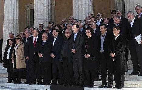 Greziako gobernu berria, ministro eta ministrorde guztiekin, atzo, Parlamentuaren sarreran. ©Pantelis Saitas / Efe