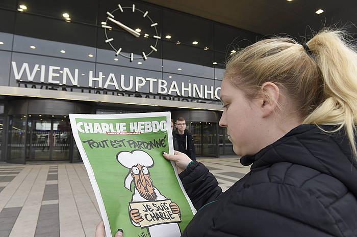 'Charlie Hebdo' aldizkariaren atentatuen osteko lehen zenbakiaren azala. ©HERBERT P.OCZERET / EFE