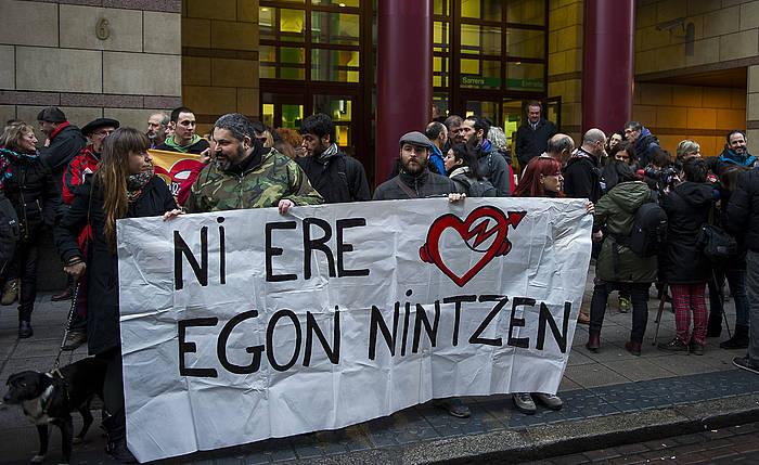 Elkarretaratzea, Bilboko epaitegien aurrean, Kukutzako 23 gazteren kontrako epaiketa dela-eta protesta egiteko. ©Luis Jauregialtzo, Argazki Press