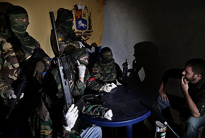 David Beriain (eskubian) Los Carapaica talde armatuko kideekin, Caracasen. ©/ BERRIA