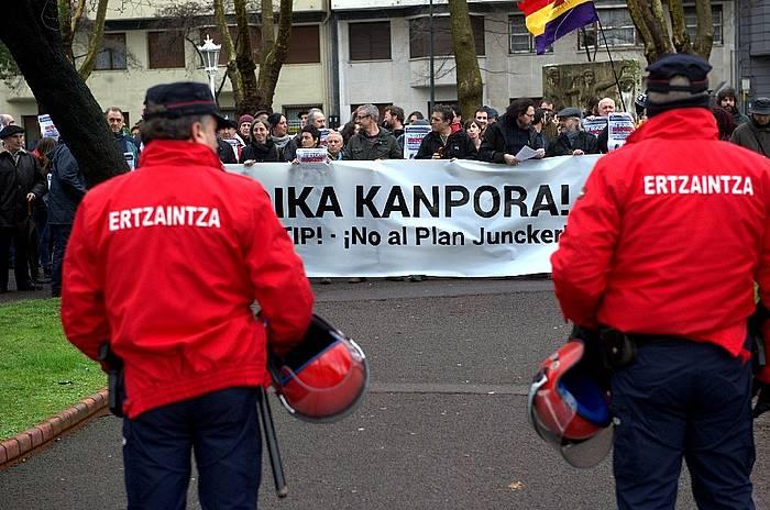 Jyrki Katainen Europako Batzordearen presidenteordea hizketan ari zenean, protestak izan dira Euskalduna kanpoaldean./ ©Argazki Press